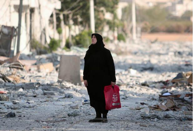 المرأة السورية بطولة وسط الركام والنيران